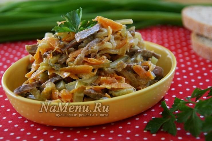 Салат «Обжорка» с говядиной и солеными огурцами