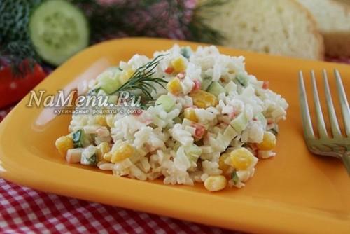 Крабовый салат - рецепт классический с кукурузой, и рисом, и огурцом (пошагово с фото, видео)